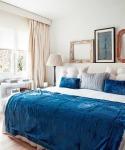 Demais, observe que o diferencial está nas almofadas e na manta azul, como o restante do quarto está em cores neutras (inclusive as gravuras), você poderá ter várias combinações, bastando trocar as almofadas e as roupa de cama que o quarto será outro!